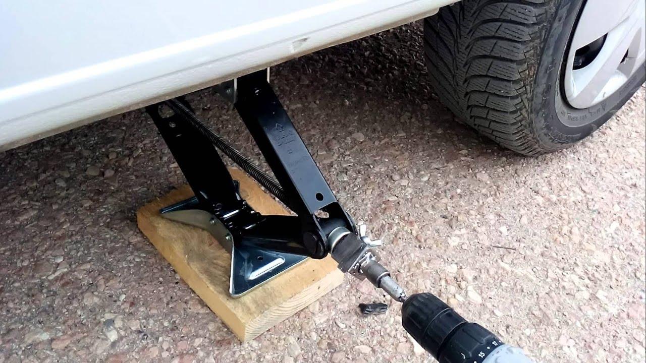 Поднятие автомобиля на домкрате
