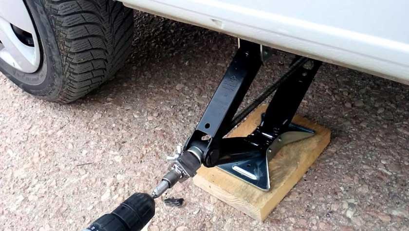 Пример правильного подъема автомобиля с помощью домкрата