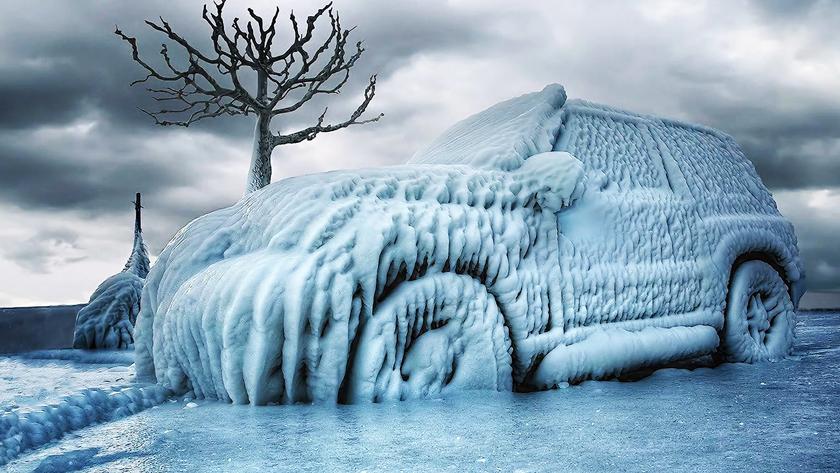 Полностью замерзший автомобиль
