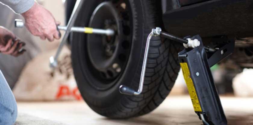 Раскрутка колеса перед подъемом на домкрате