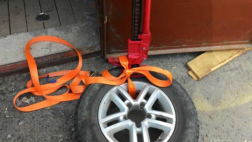 Шиномонтаж колеса с помощью домкрата и буксировочного троса