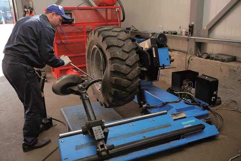 Выполнение разбортовки колеса грузовика