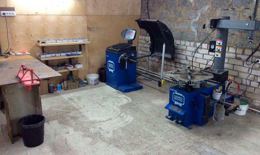 Обустроенный шиномонтаж в гараже