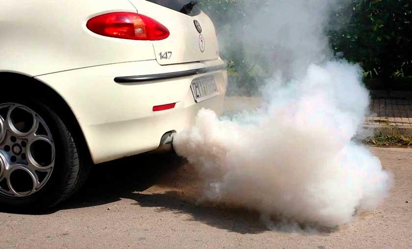 Пример выхлопных газов авто, нарушающих экостандарт России