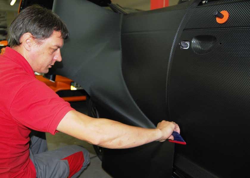 Процесс оклейки авто карбоновой пленкой