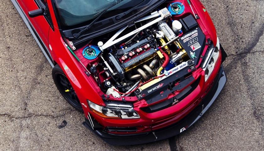 Мощный двигатель на спортивной машине