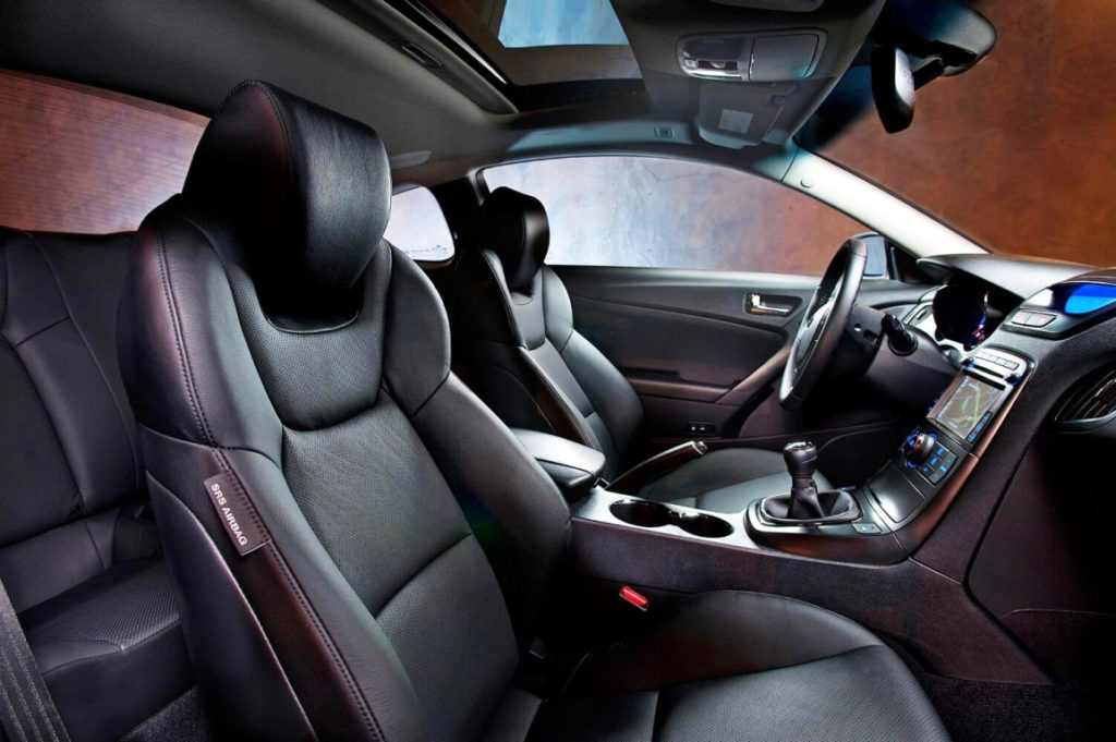 Черный кожаный салон авто
