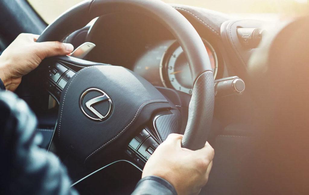 Удобное расположение рук на руле автомобиля